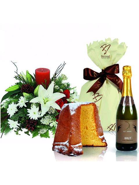 centrotavola natalizio di fiori misti con spumante e pandoro